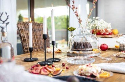prostřený stůl s jídlem