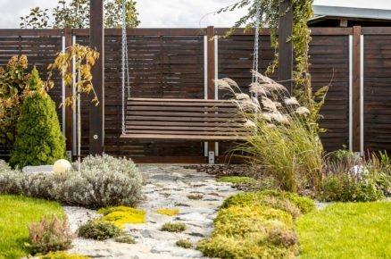 zahradní houpačka vyrobená ze staré lavičky