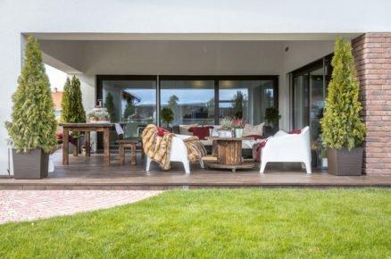 zastřešená terasa s nábytkem, se vstupem z kuchyně i obývacího pokoje
