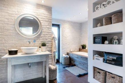 prostorná koupelna ve venkovském stylu s policemi zasazenými do zdi, vanou i sprchovým koutem