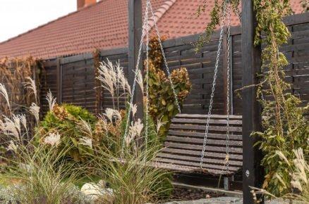 Zahradní houpačka vyrobena ze staré lavičky