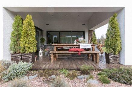 Zastřešená dřevěná terasa s nábytkem