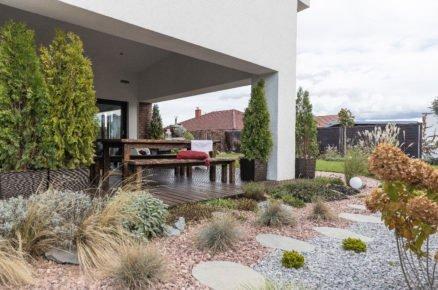Pohled na terasu a výsadbu zahrady