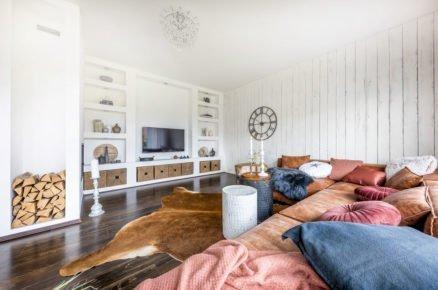 Obývací pokoj ve venkovském stylu s úložnými prostormi zasazenými do zdi.