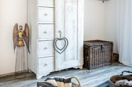 Bílá starodávní skříň, která prošla renovací