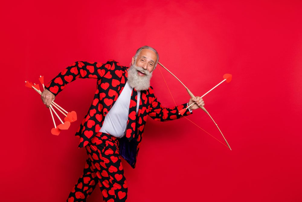Den svatého Valentýna kvíz, muž v srdíčkovém obleku s lukem a šípem