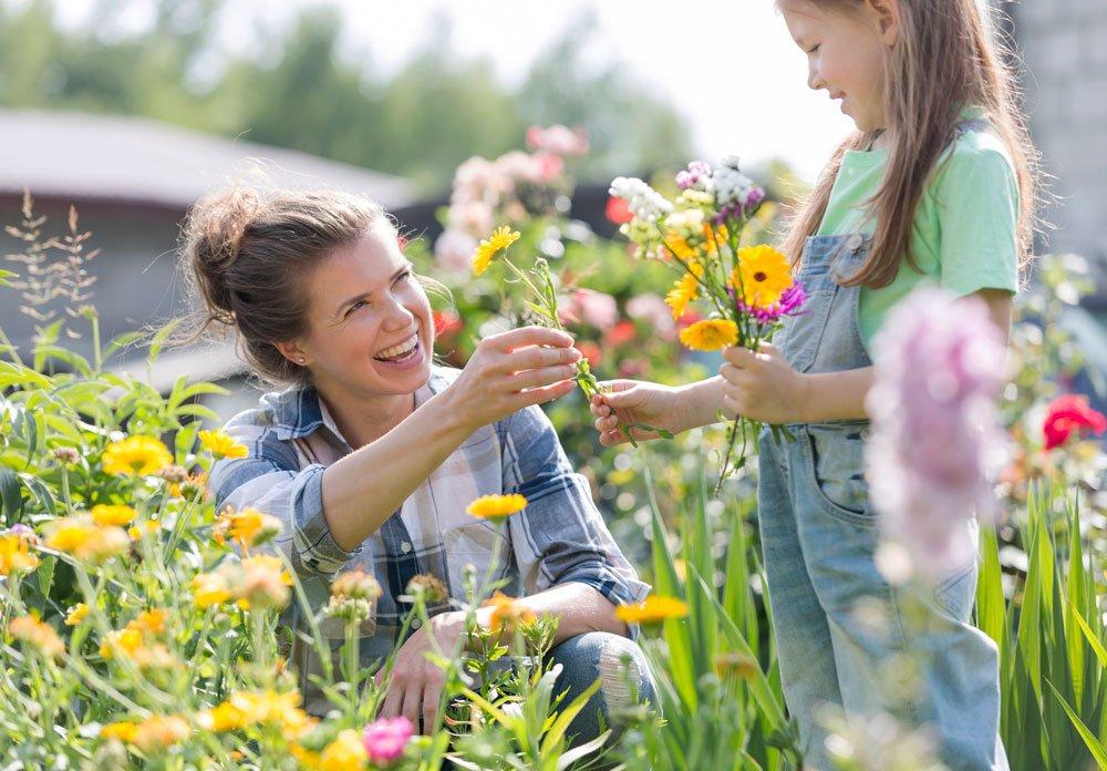 Které letničky si vypěstujete i ze semen: matka s dcerou v květinové zahradě