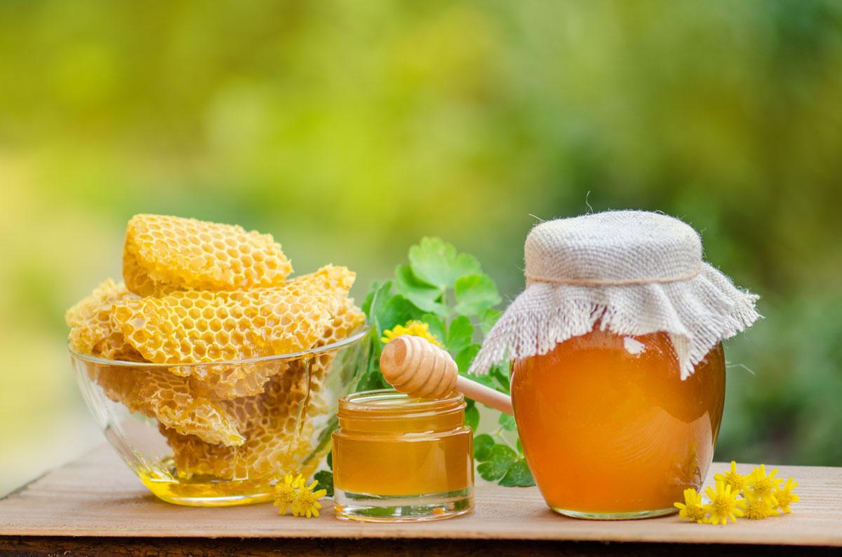 Včelí med a plásty