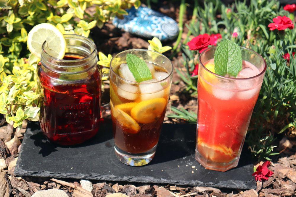 Letní nápoje ibišková limonáda, kávové mojito a melounové mojito