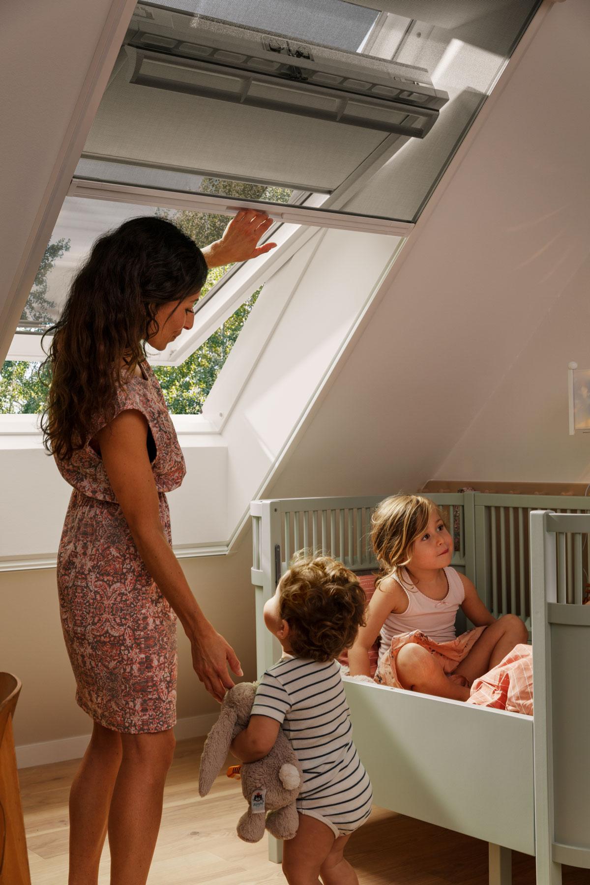 Síť proti hmyzu na podkrovním okně