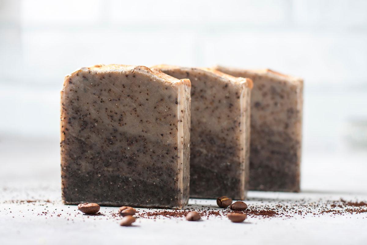 využití kávového lógru: mýdlo