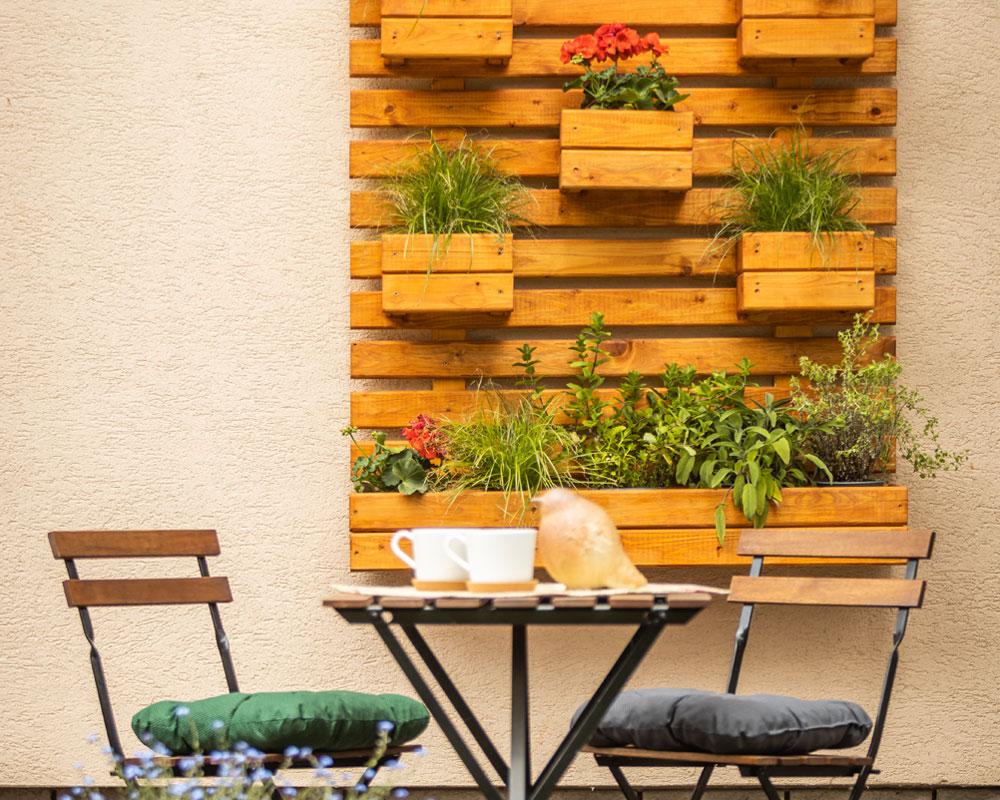 balkon s vertikální zahrádkou vyrobenou z palet