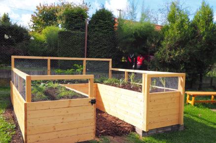 Otevřený vyvýšený záhon s plotem