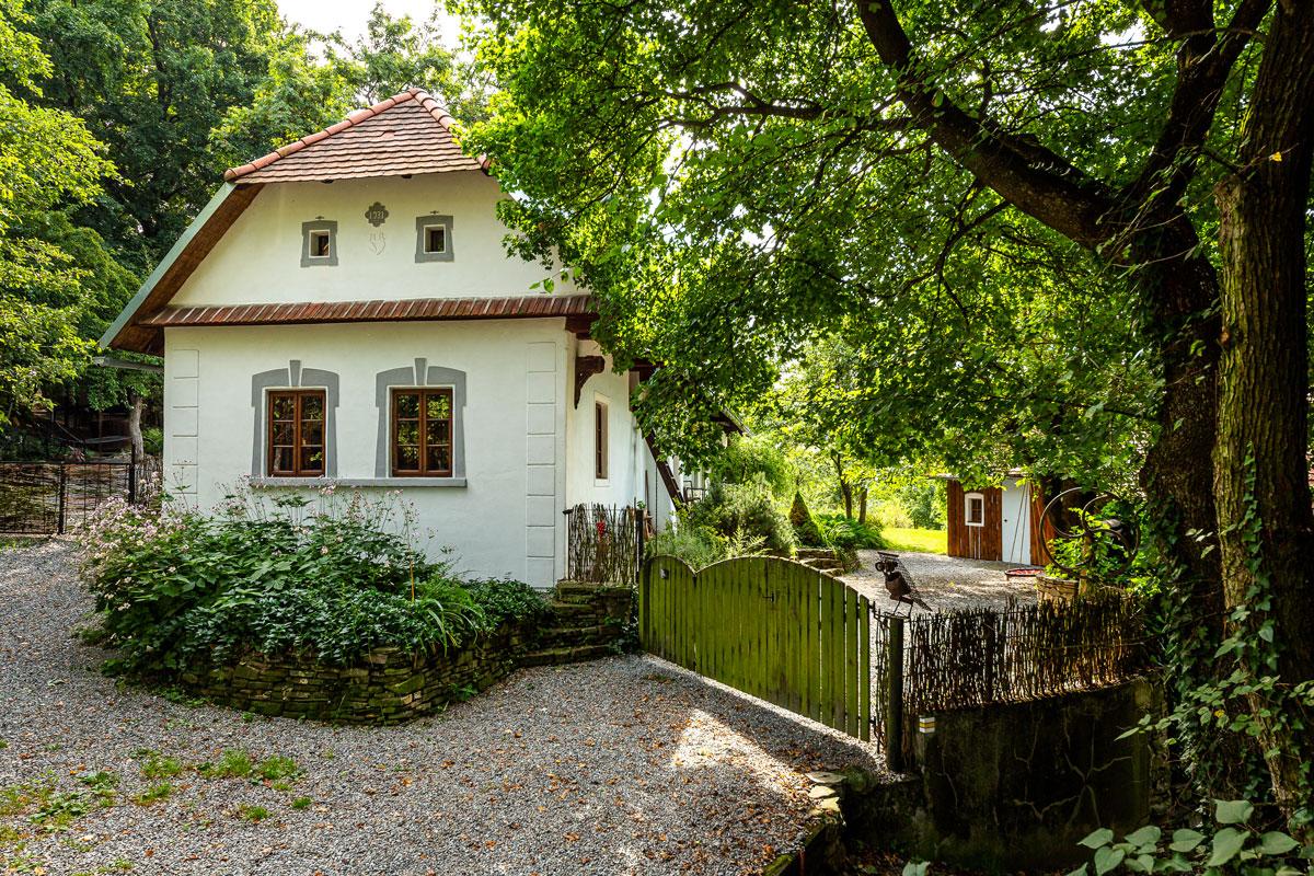 Průčelí starého domu s bránou