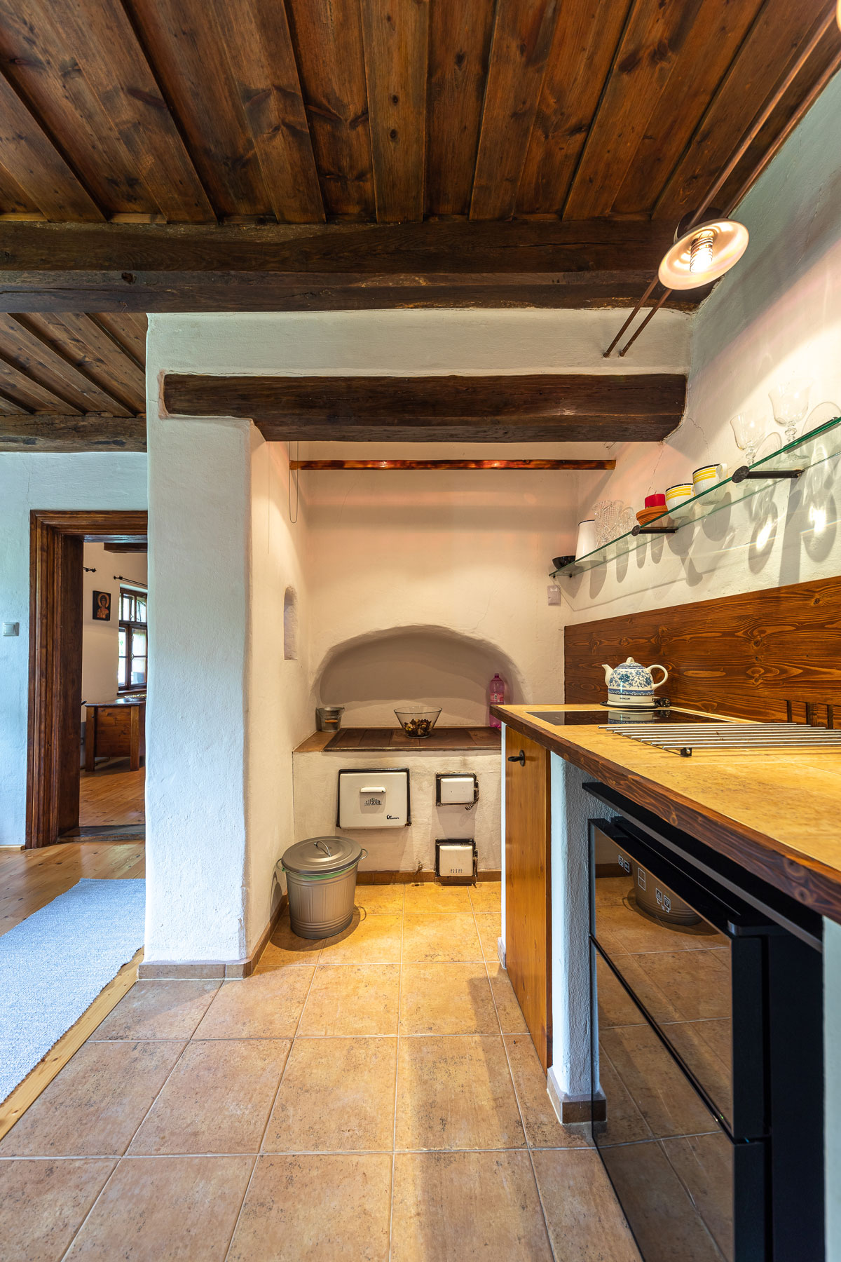 Kuchyň na chalupě s tradiční zděnou pecí