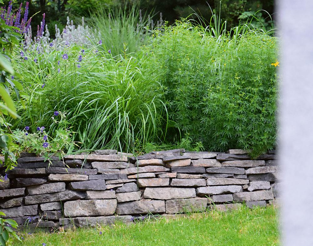 zahradní suchá zídka se záhonem
