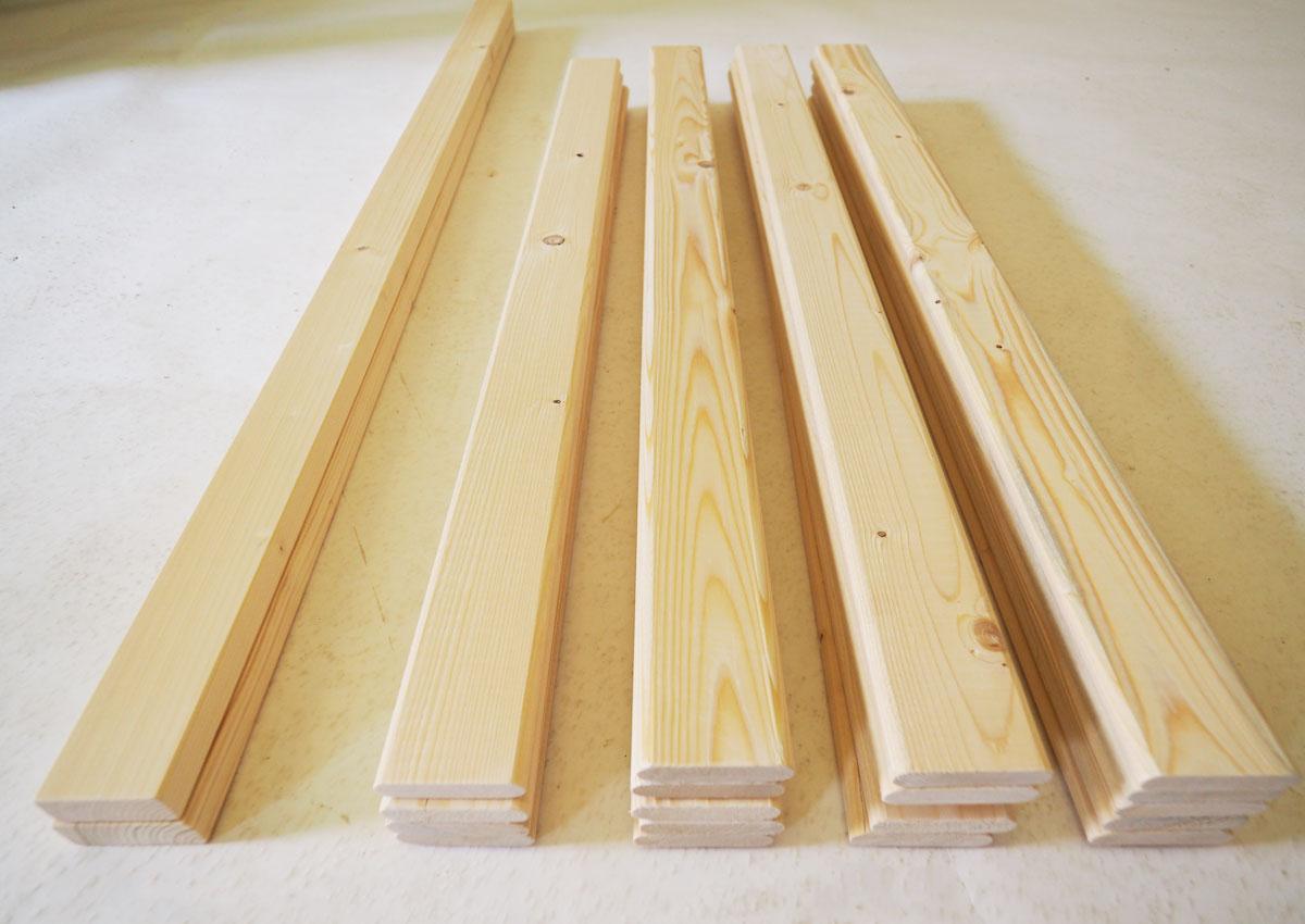 paletové desky připravené na vyrobení vertikální stěny