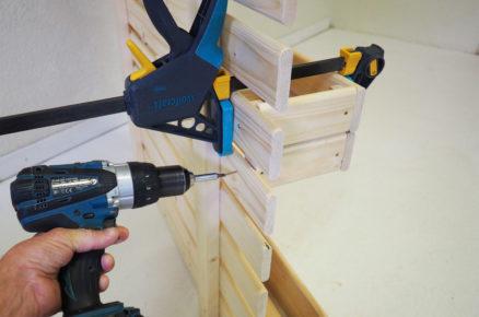 Upevnění bedniček ke paletové konstrukci vertikální stěny