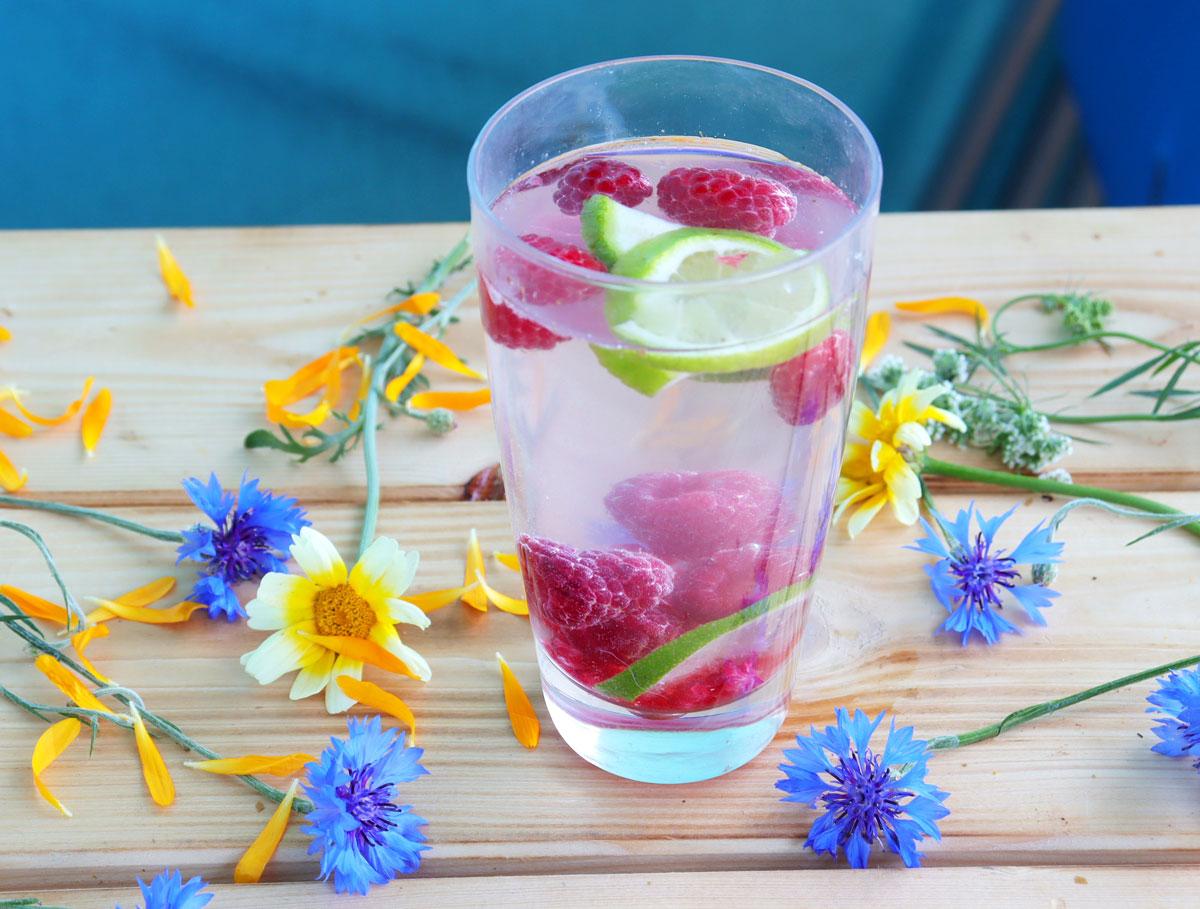 Voda s malinami a limetkou