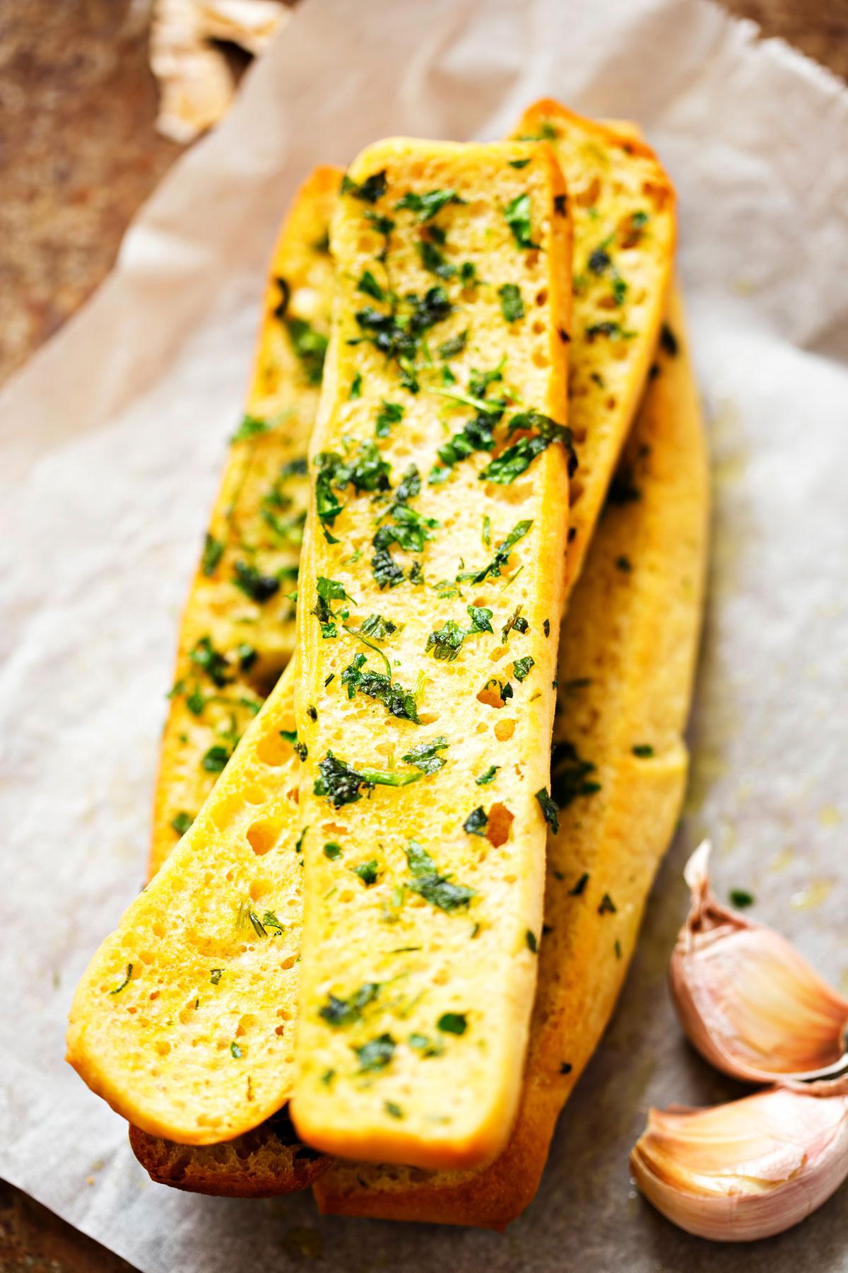 Grilovaná bageta s česnekovým máslem