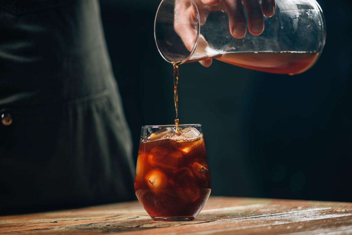 lití kávy Cold brew do sklenice s ledem