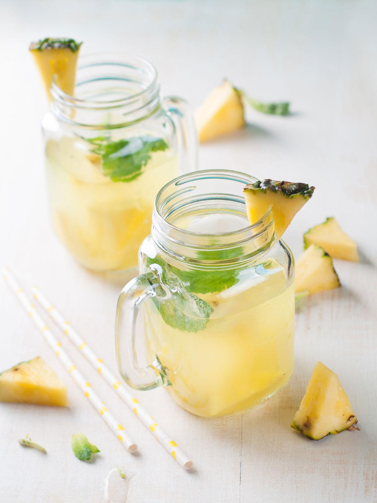 Voda s ananasem a mátou