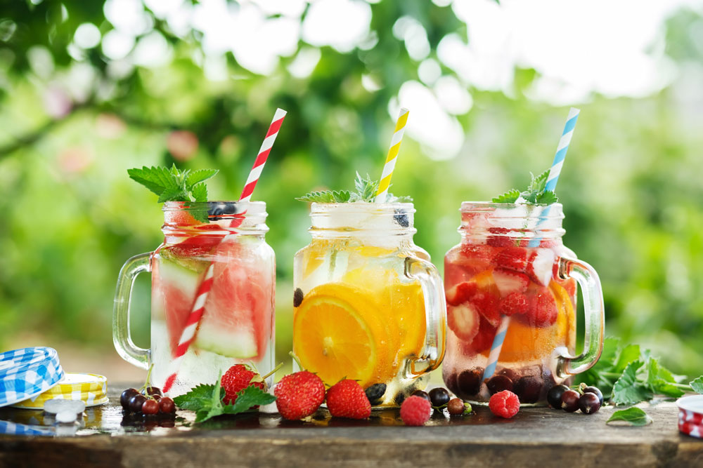 Džbány s ovocnými vodami: s melounem, pomerančem a jahodami s pomerančem a rybízem