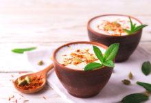 Indický nápoj lassí v misce