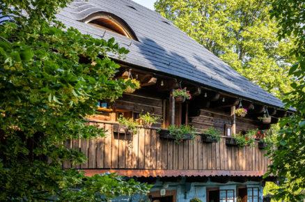 Modrá chaloupka s dřevěnou verandou
