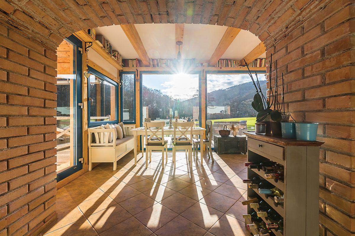 pohled do kuchyně přes klenbovou stěnu z cihel
