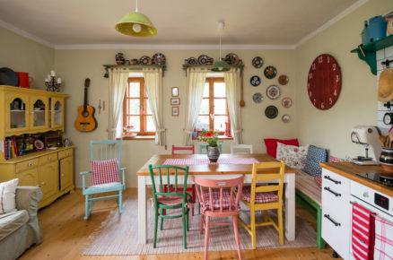 barevná kuchyň v tradiční chalupě s renovovaným nábytkem pomalovaným křídovými barvami