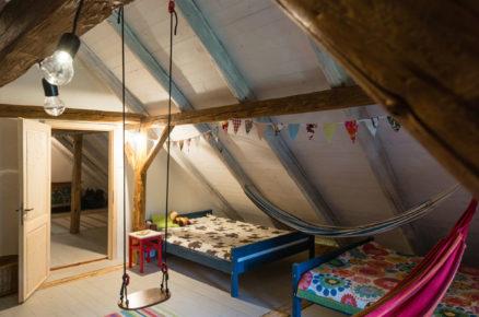 dětský pokoj v podkroví v tradiční chalupě s hojdací sítí