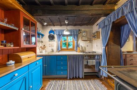 modrá kuchyň v tradičné chalupě