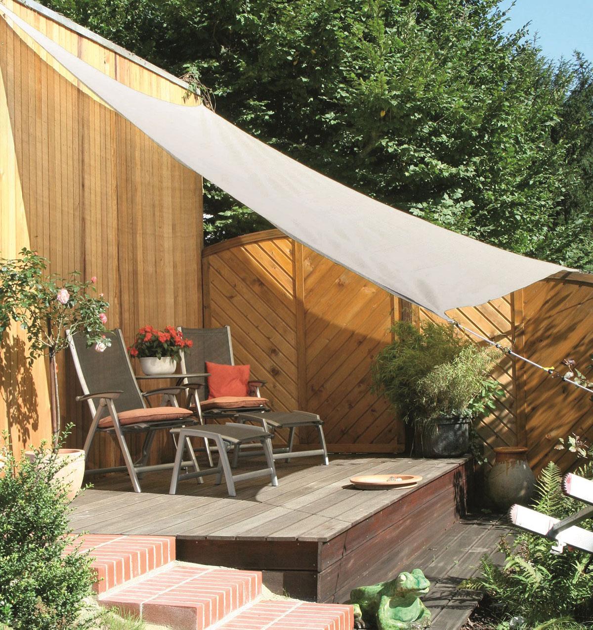 Zahradní terasa se sluneční plachtou