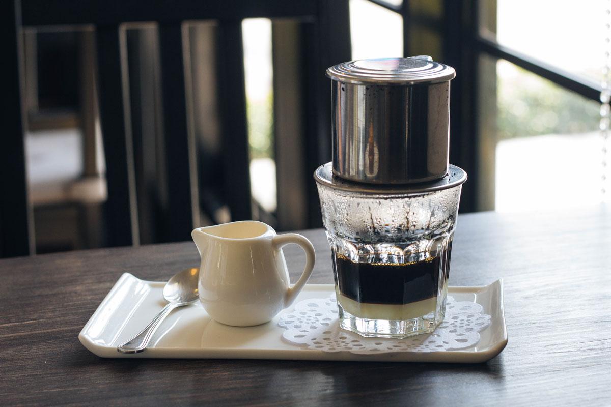 Vietnamská ledová káva připravená cez Phin filtr