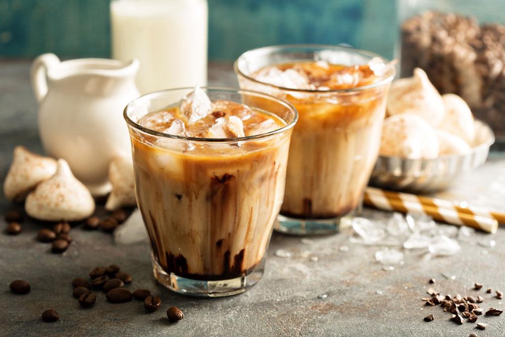 Ledová káva s mlékem a čokoládovým sirupem