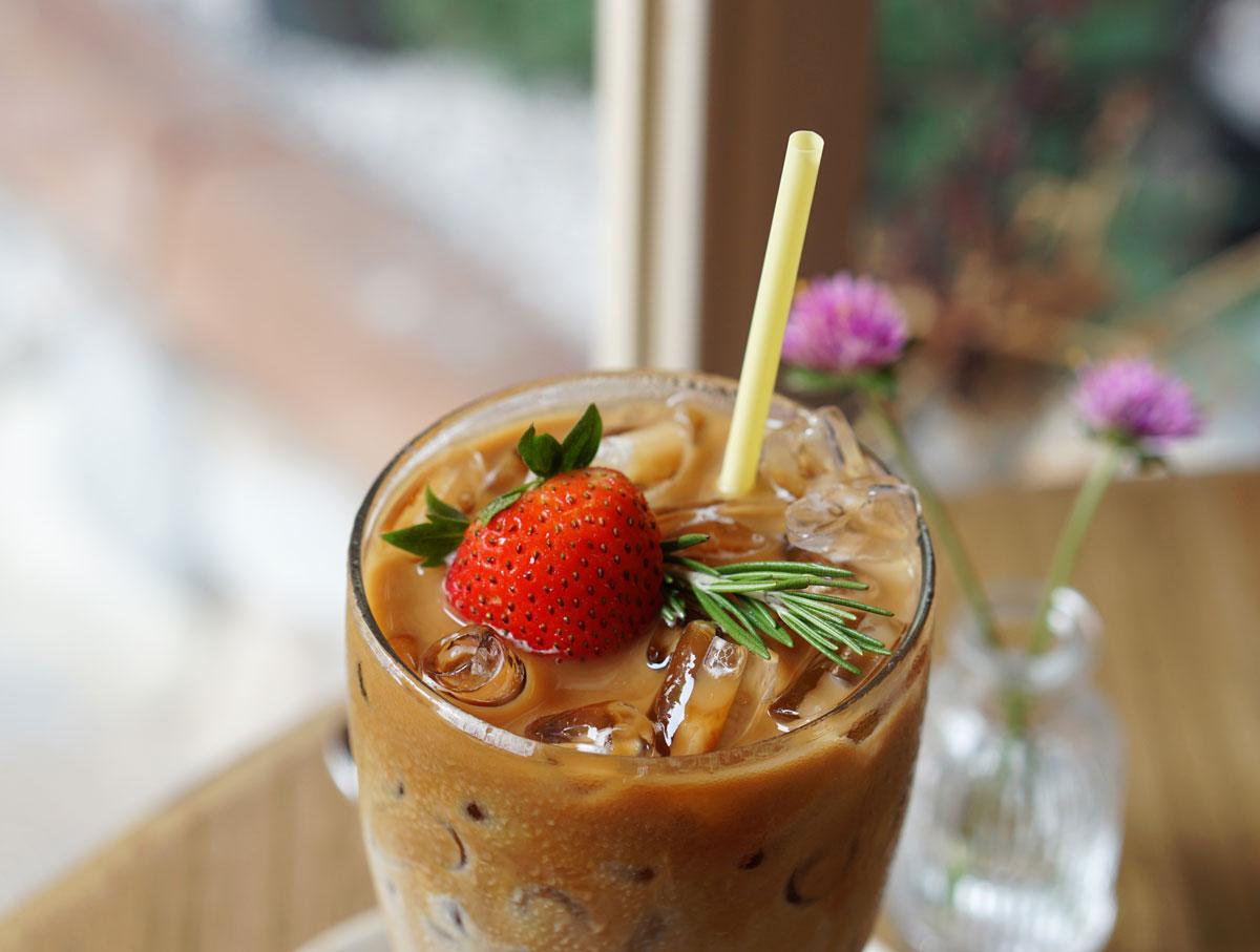 Jahodová ledová káva