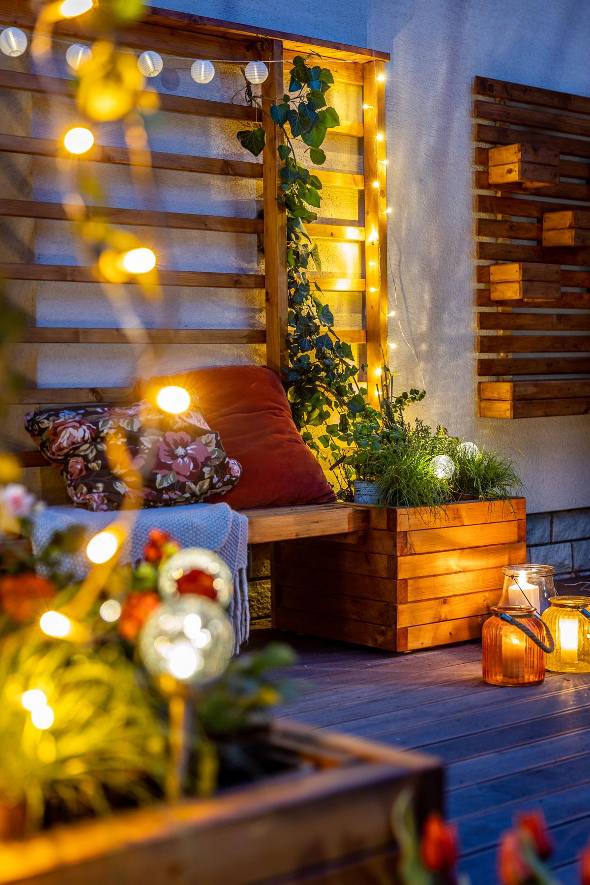 detail zahradní treláže s lavičkou a nádobami na květy