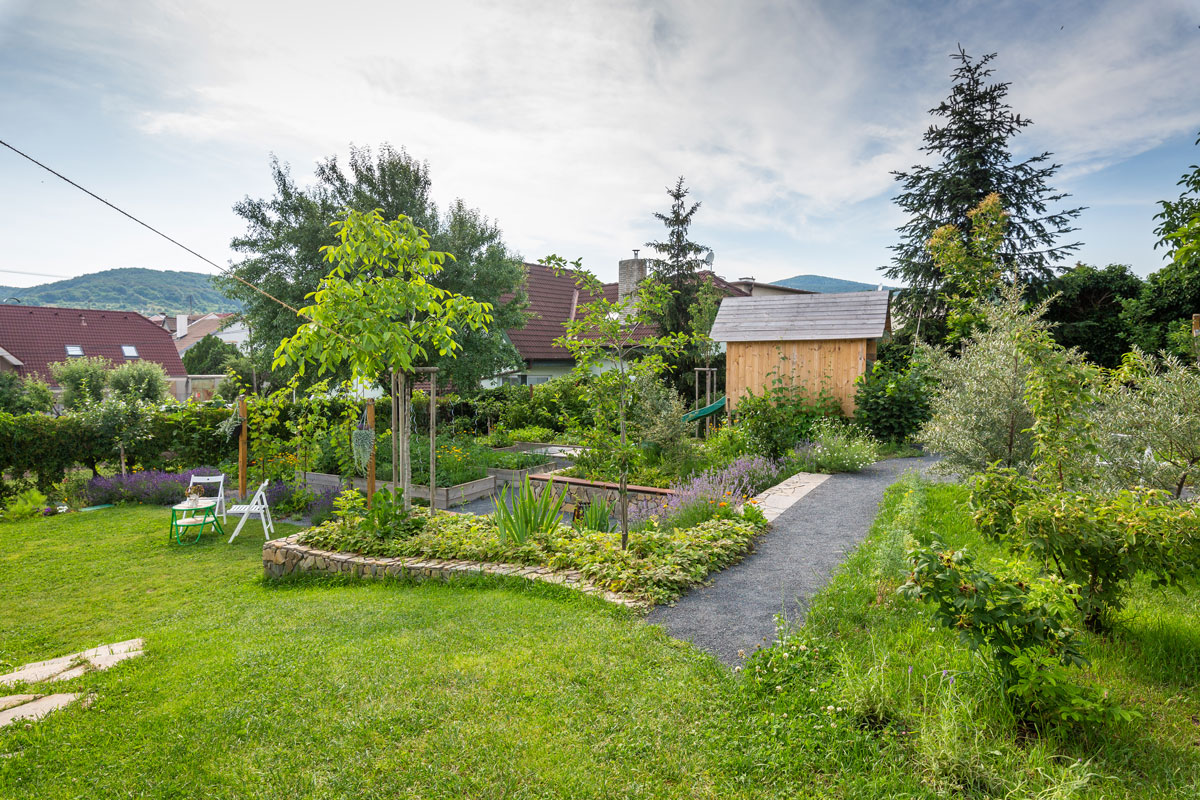 okrasná a užitková zahrada ve svahu s vyvýšenými záhony