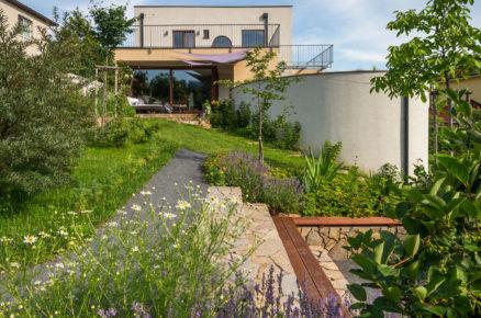rodinný dům s terasou otevřenou do svahovité okrasné zahrady