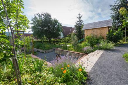 zahrada ve svahu bez trávníku a s vyvýšenými užitkovými záhony