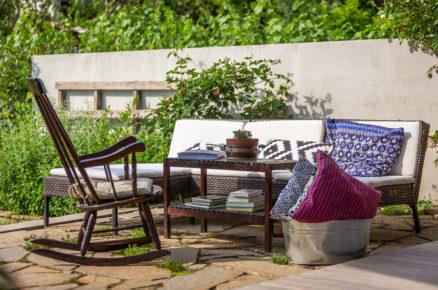 houpací židle, stolek a pohovka na zahradní kamenné terase