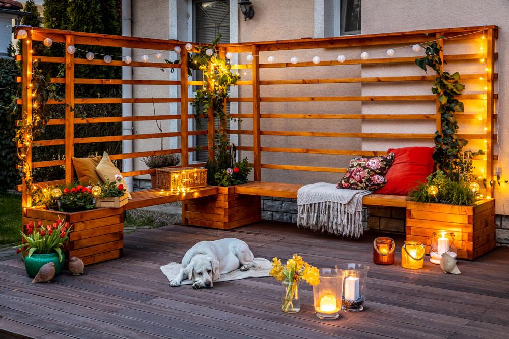 dřevěné posezení na terase z treláží