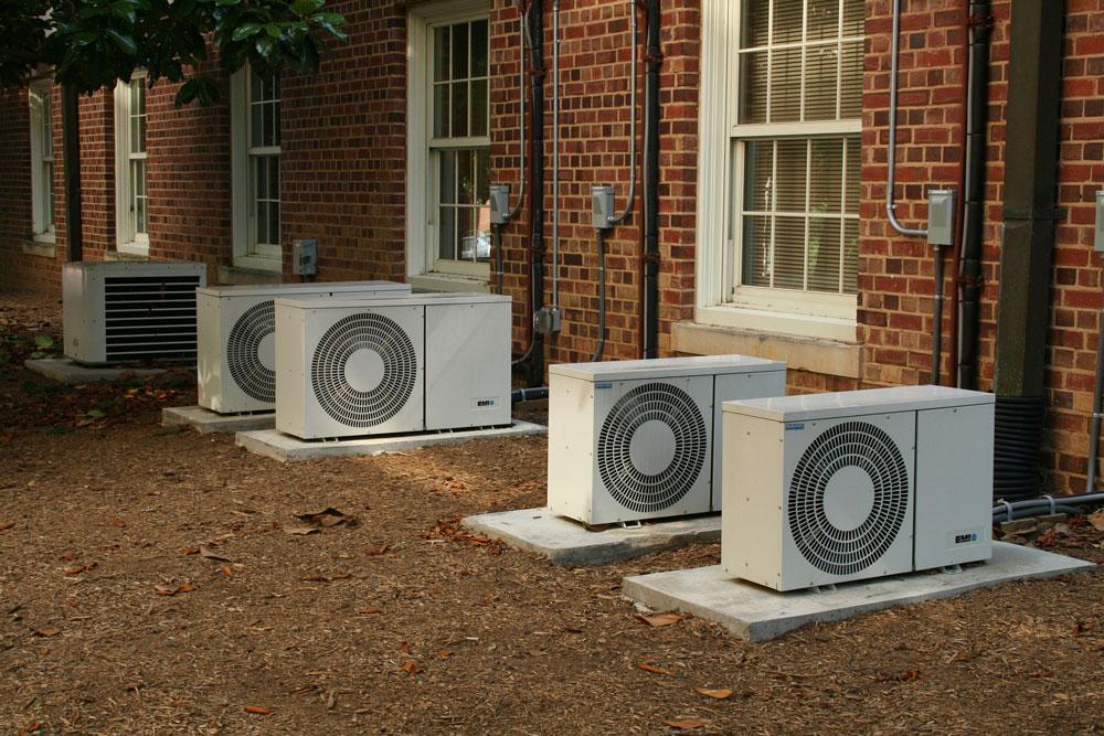 klimatizace před domem