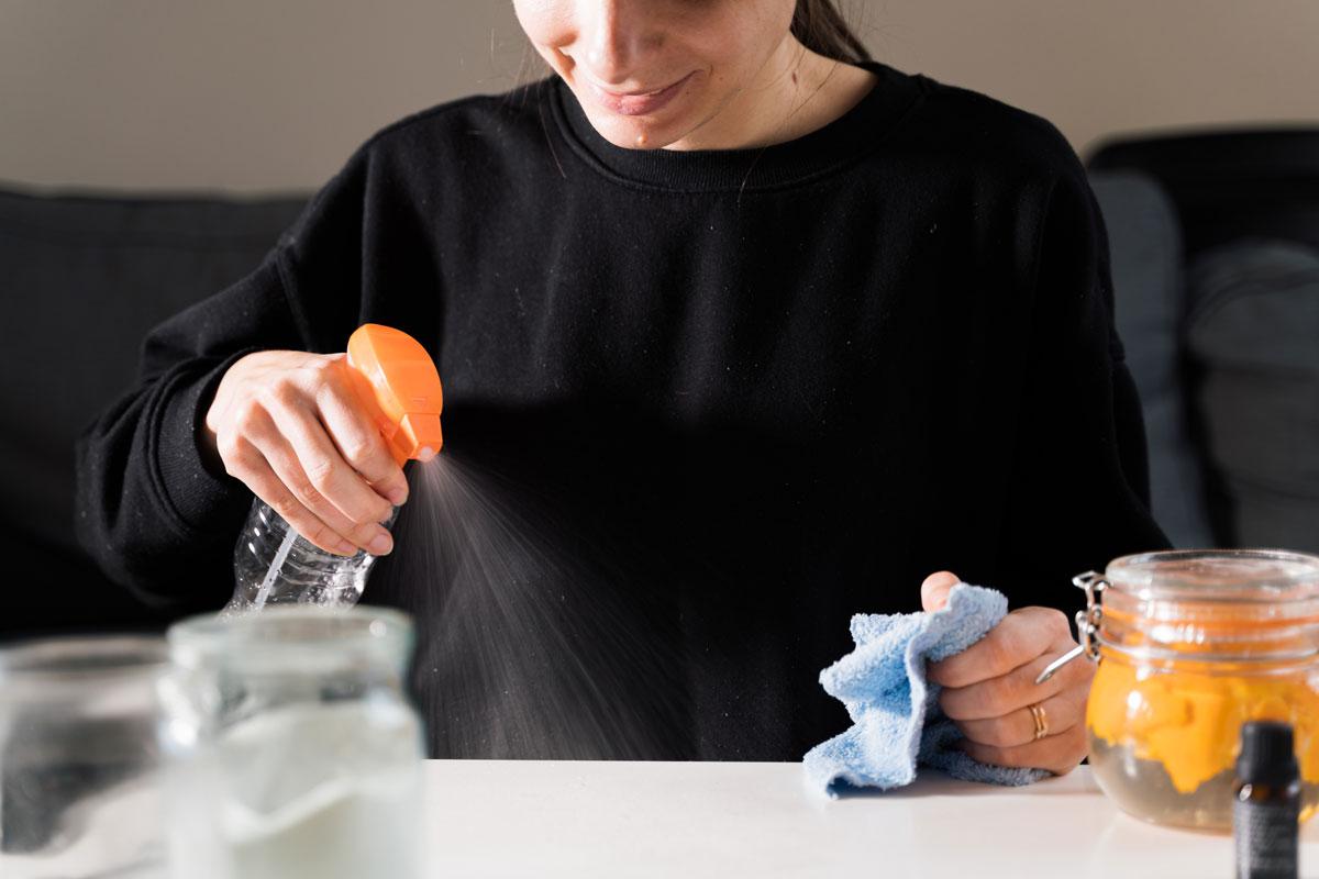 žena používá sprej ze šupek cistrusů na čistění