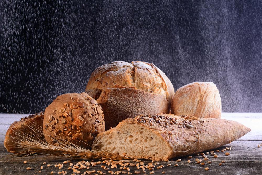různé druhy pečiva: bageta, chléb a housky