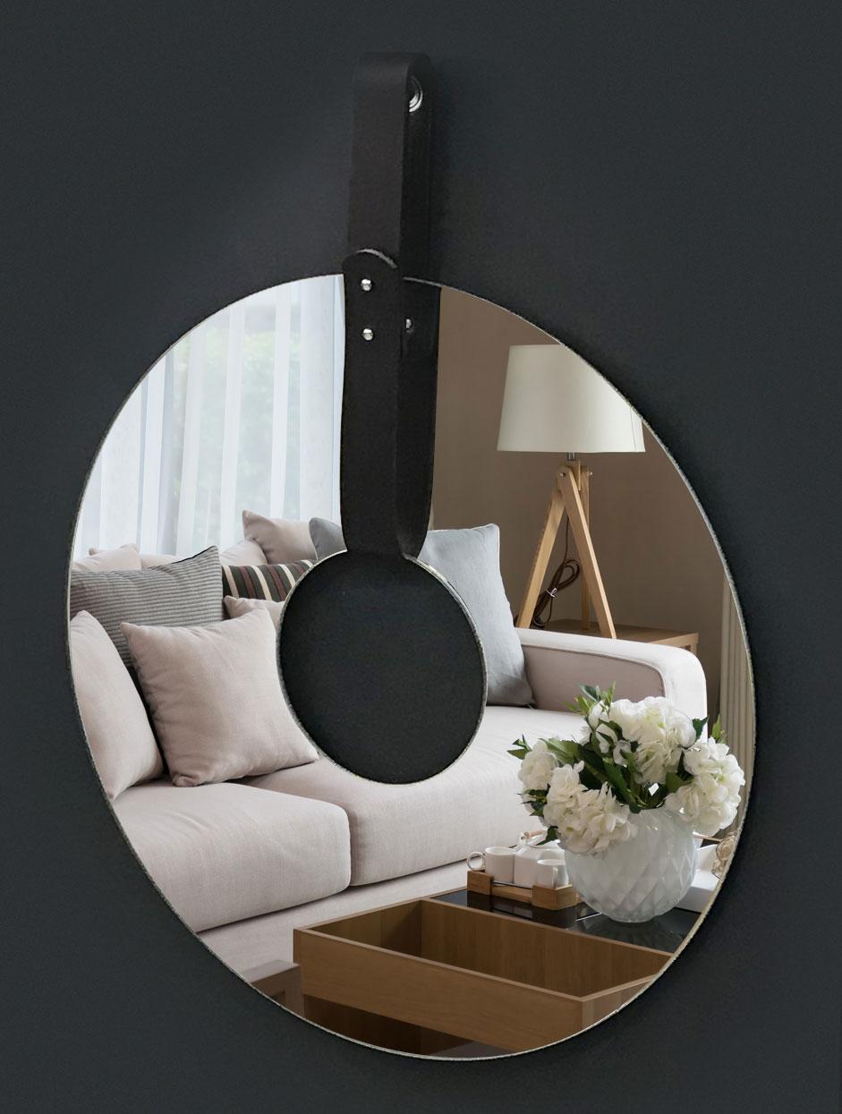Kulaté zrcadlo na koženém závěsu